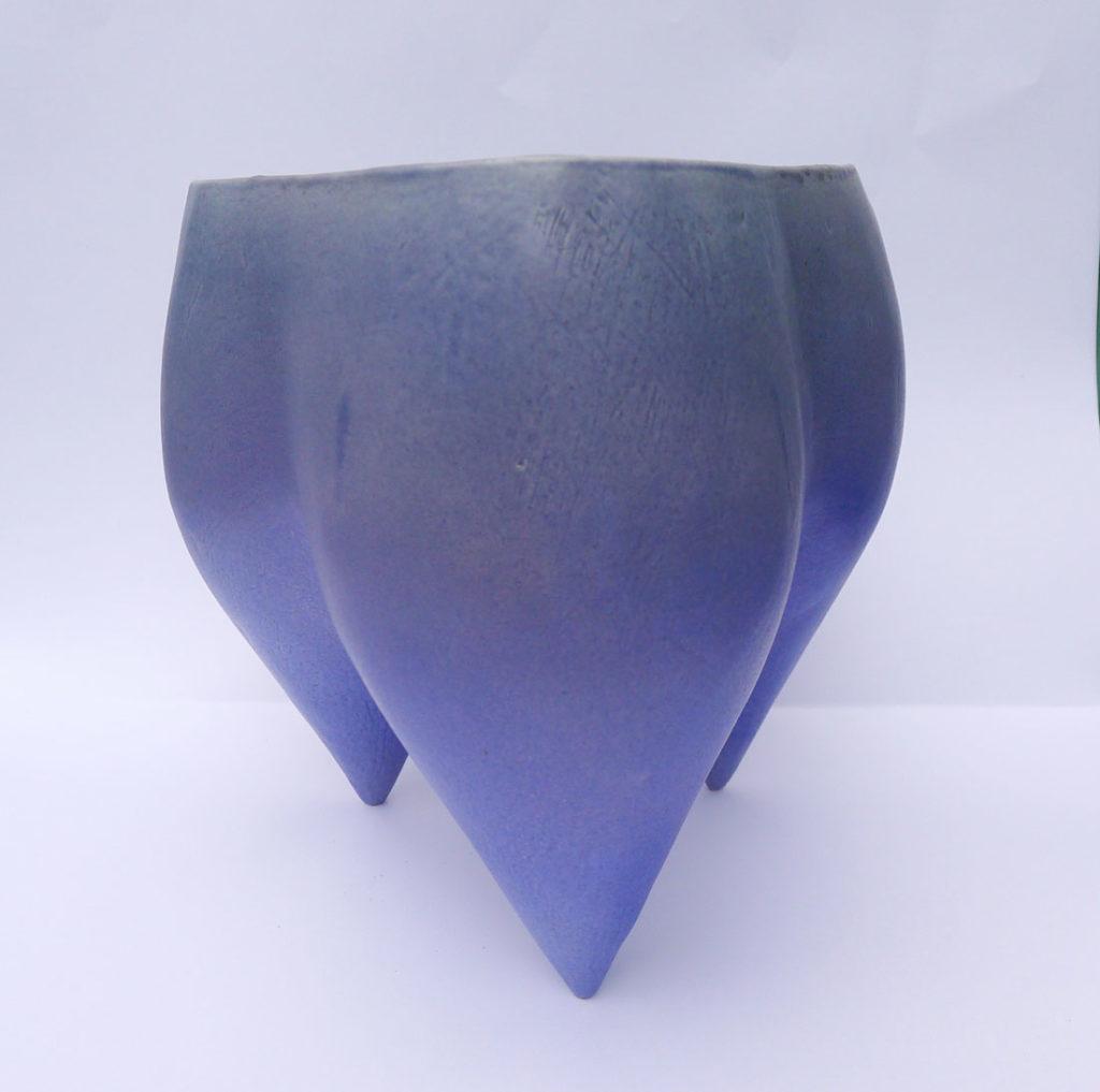 Tripod in grey and mazerine blue glaze.
